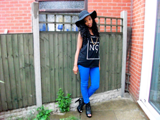 Floppy hat with a graphic tee
