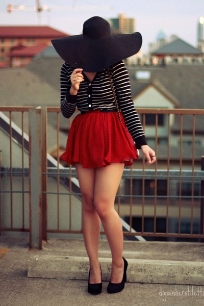 Floppy hat with a mini skirt