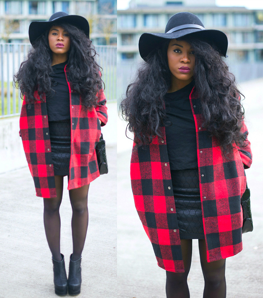 Floppy hat with 'boyfriend shirt'