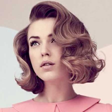 Gorgeous Side-Parted Curly Hair for A Retro Look