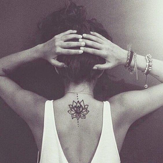 20 wunderschöne Blumen Tattoo Designs für Frauen